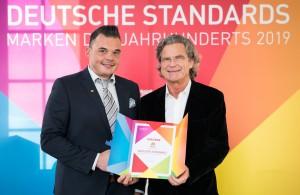 """Dr. Florian Langenscheidt überreicht die Urkunde """"Marke des Jahrhunderts"""" an WEB.DE-Pressesprecher Christian Friemel. (c) Andreas Henn; TEMPUS CORPORATE GmbH"""